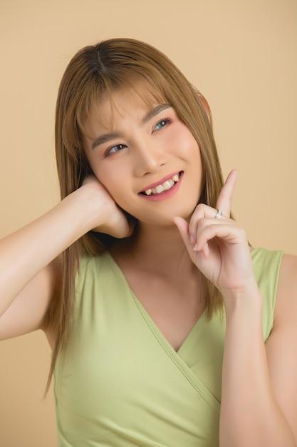 Mooi vrouwengezicht. hand van make-up Gratis Foto