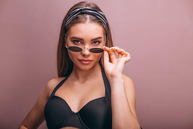 Mooi vrouwenmodel in geïsoleerd swimminmg kostuum Gratis Foto