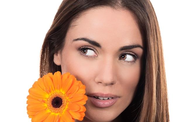 Mooi vrouwenportret met bloem op witte achtergrond Gratis Foto