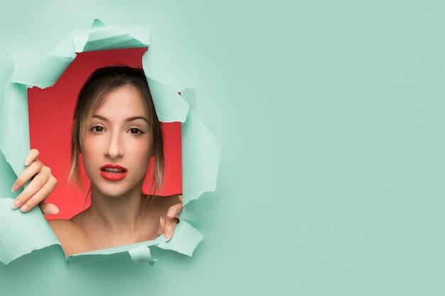Mooi vrouwenportret met exemplaarruimte Gratis Foto