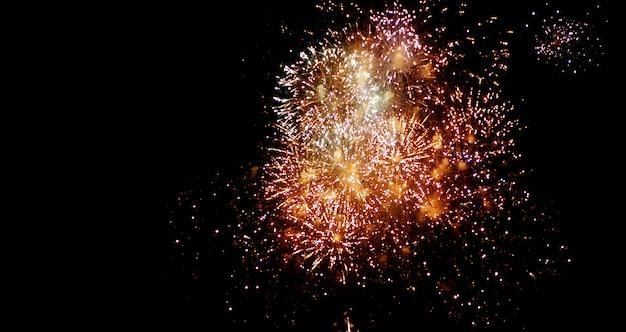 Mooi vuurwerk schitteren vol aan de nachtelijke hemel Premium Foto