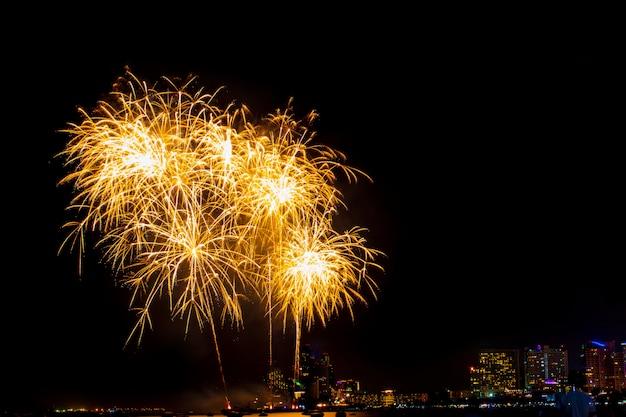 Mooi vuurwerkshow op het zee strand, verbazingwekkende vakantie vuurwerkfeestje Premium Foto