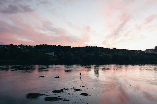 Mooi zonsonderganglandschap in de kust Gratis Foto