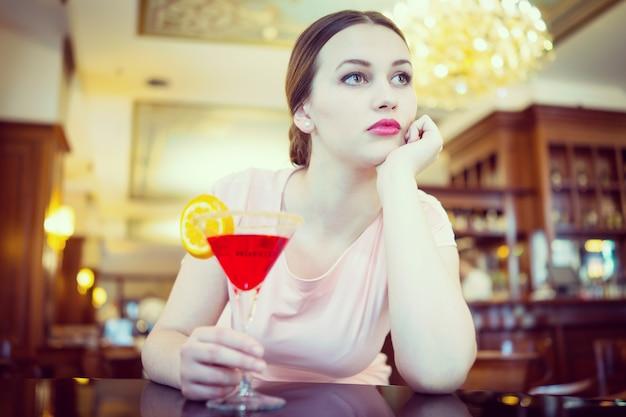 Mooie aantrekkelijke vrouw in avondjurk voor luxe, vip, nachtleven en partij concept Premium Foto