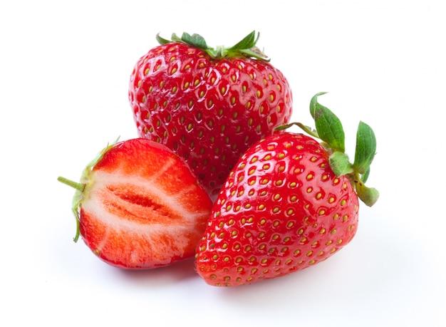 Mooie aardbeien die op wit worden geïsoleerd Premium Foto