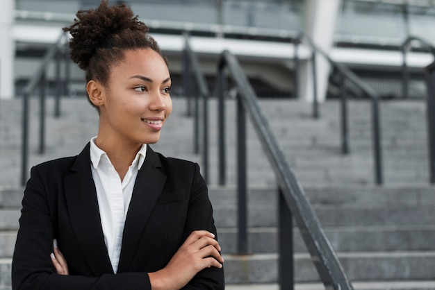 Mooie afro amerikaanse vrouw die weg kijkt Gratis Foto