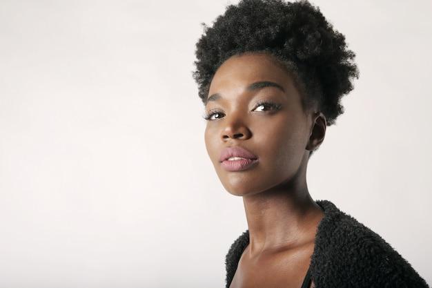 Mooie afro-vrouw Premium Foto
