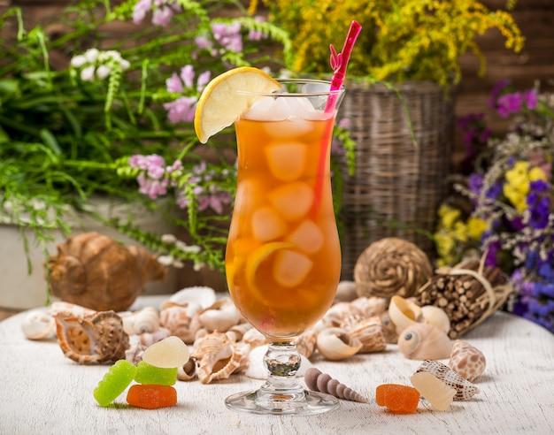 Mooie alcoholische cocktail, op een houten tafel Premium Foto