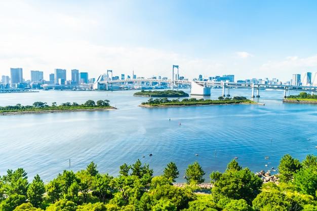 Mooie architectuur de bouwcityscape van de stad van tokyo met regenboogbrug Gratis Foto