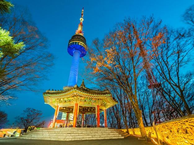 Mooie architectuur die de toren van n seoel bouwen Gratis Foto