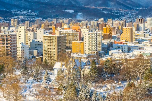Mooie architectuurbouw met berglandschap in de stad hokkaido japan van de wintertijdsapporo Gratis Foto
