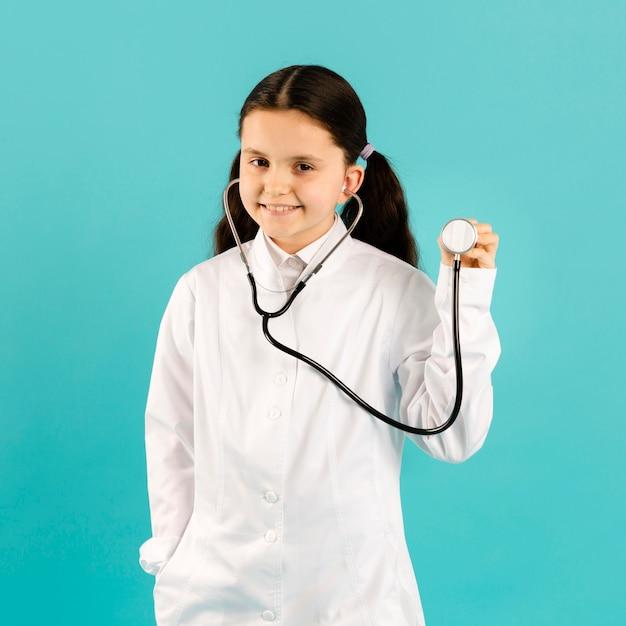 Mooie arts poseren met een stethoscoop Gratis Foto