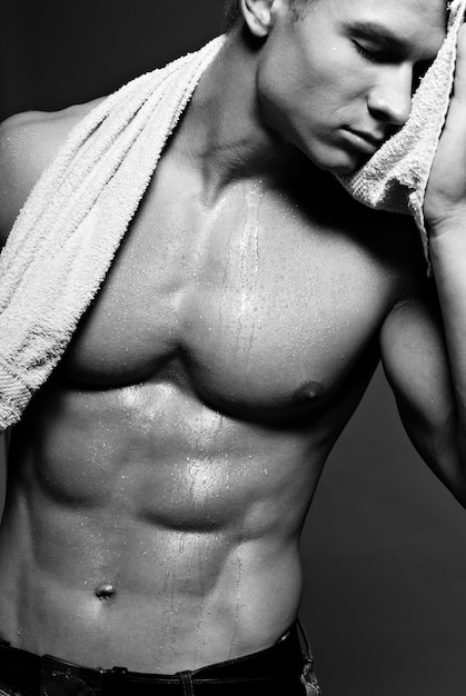 Mooie atleet houden en handdoek neer. Gratis Foto