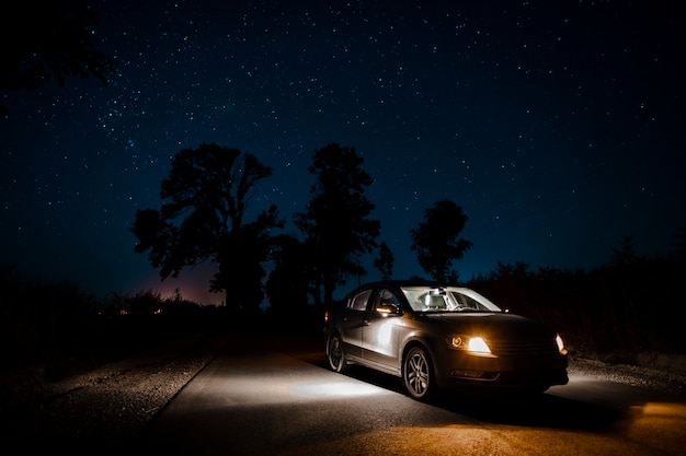 Mooie auto commercial in de nacht Gratis Foto