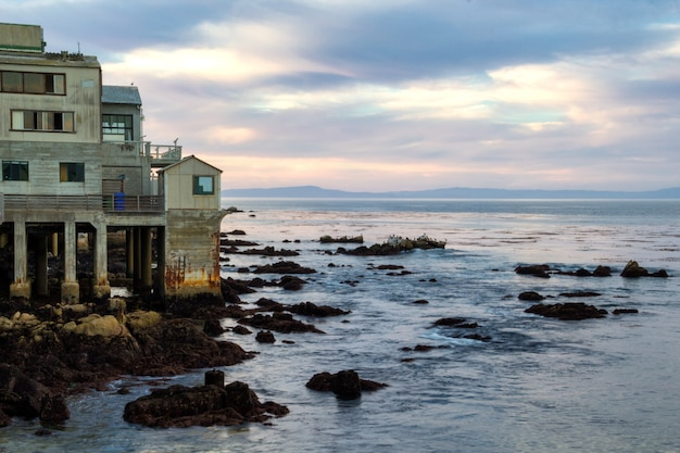 Mooie avondhemel en oude kustgebouwen in monterey, californië Premium Foto
