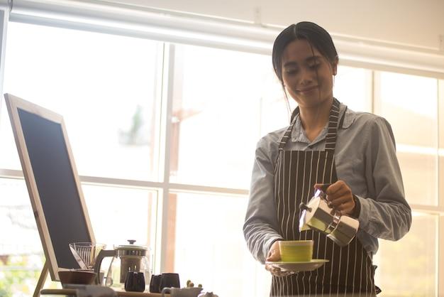 Mooie aziatische barista Premium Foto