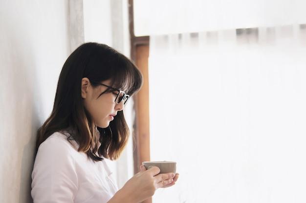 Mooie aziatische jonge dame portriat - het concept van de gelukkige vrouw levensstijl Gratis Foto
