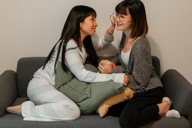Mooie aziatische meisjes die make-upproducten uitproberen Gratis Foto