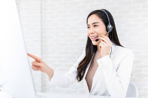 Mooie aziatische onderneemster die in call centre als exploitant werkt Premium Foto