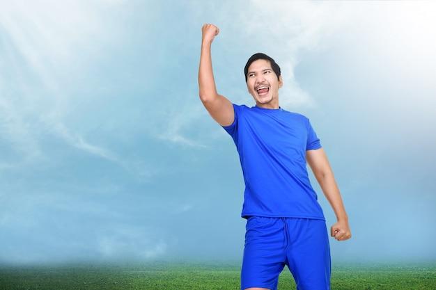 Mooie aziatische voetballervrouw met gelukkige uitdrukking Premium Foto