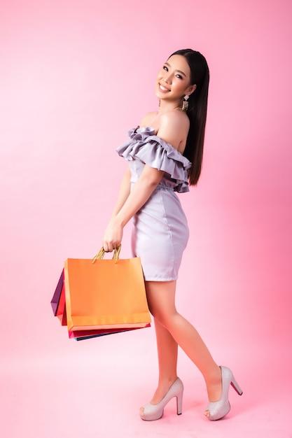 Mooie aziatische vrouw met boodschappentas Gratis Foto