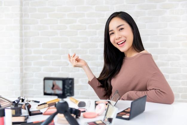 Mooie aziatische vrouw professionele schoonheid vlogger opname make-up tutorial Premium Foto