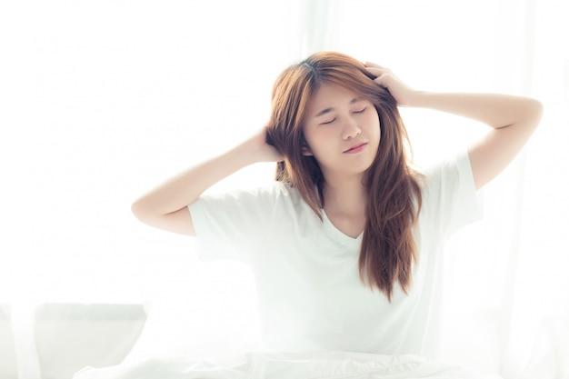 Mooie aziatische vrouw stretch en ontspannen Premium Foto