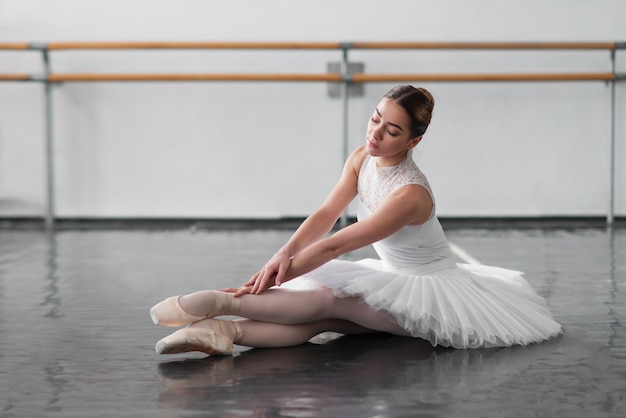 Mooie ballerina poseren in balletles Premium Foto