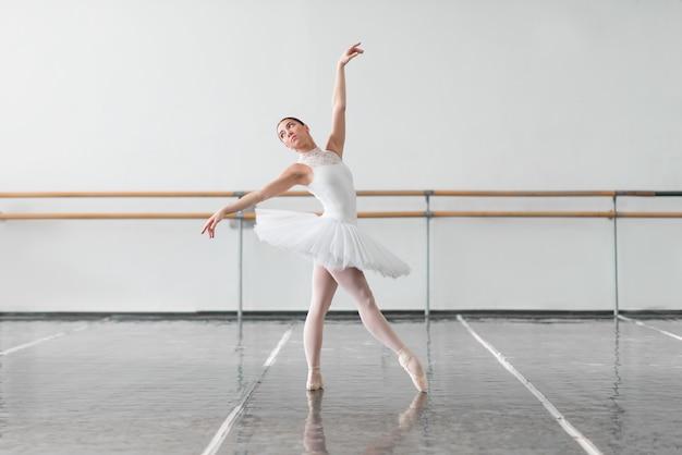 Mooie ballerina repetitie in balletles Premium Foto