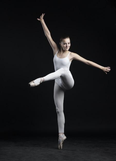 Mooie balletdanseres, moderne stijl danseres poseren op studio Premium Foto
