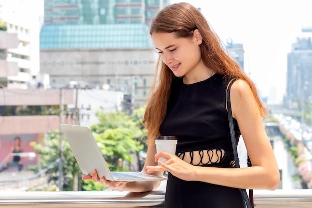 Mooie bedrijfsleidervrouw die en over het succeswerk glimlacht denkt. Premium Foto