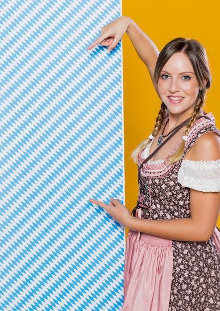 Mooie beierse vrouw met patroon Gratis Foto