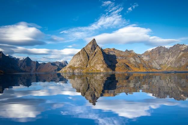 Mooie berg en hemel in hamnoy-dorp in lofoten, noorwegen Premium Foto