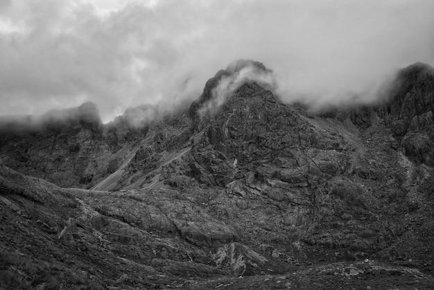 Mooie bergen en heuvels die in zwart-wit zijn ontsproten Gratis Foto