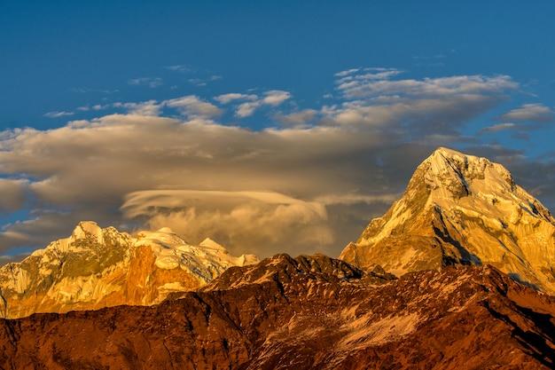 Mooie bewolkte zonsopgang in de bergen met sneeuwrand Premium Foto