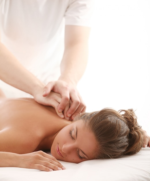 Mooie blanke vrouw geniet van massage Gratis Foto