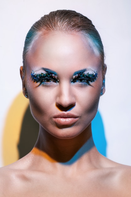 Mooie blanke vrouw met artistieke make-up Gratis Foto