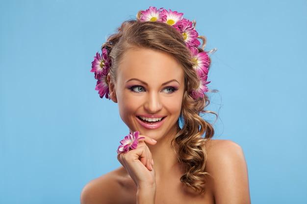 Mooie blanke vrouw met bloemen in haar Gratis Foto