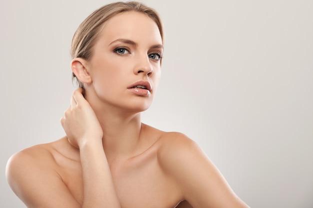 Mooie blanke vrouw met natuurlijke make-up Gratis Foto