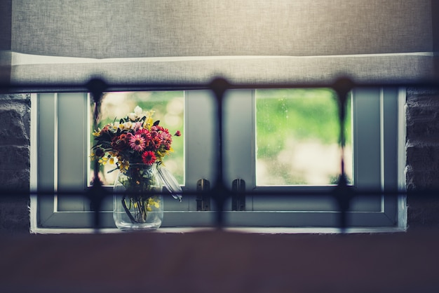 Mooie bloemen bij het raam Premium Foto