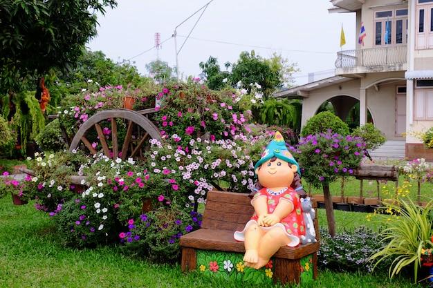 Mooie bloemen in de tuin naast het huis. groene bladeren met mooi zonlicht gebruikt als achtergrondafbeelding. Premium Foto