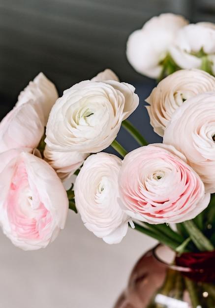 Mooie bloemen in glazen vaas. mooi boeket van roze perzische boterbloem. Premium Foto
