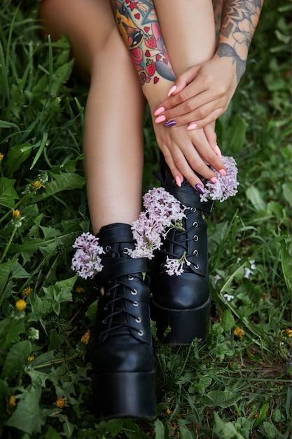 Mooie bloemen in handen van een meisje met tatoeages Premium Foto
