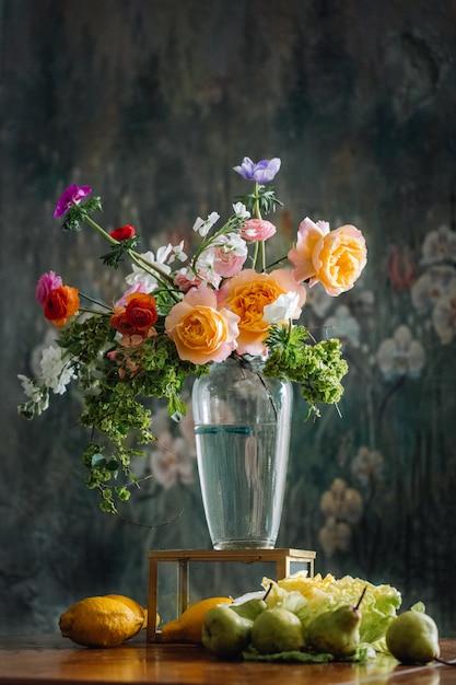 Mooie bloemen in vaas met citroenen in de bodem als renaissance foto kunstwerk Premium Foto
