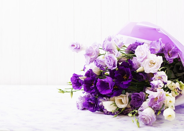 Mooie bloemenboeketmix van witte, paarse en violette eustoma. Gratis Foto