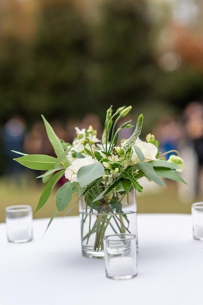 Mooie bloemendecoratie met witte bloemblaadjes in een trouwzaal Gratis Foto