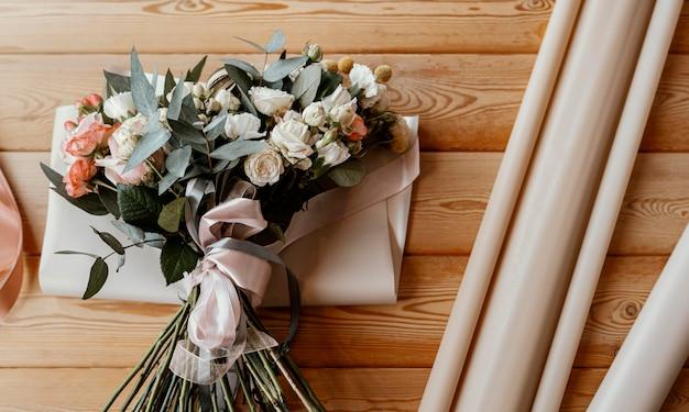 Mooie bloemenregeling op houten tafel Gratis Foto