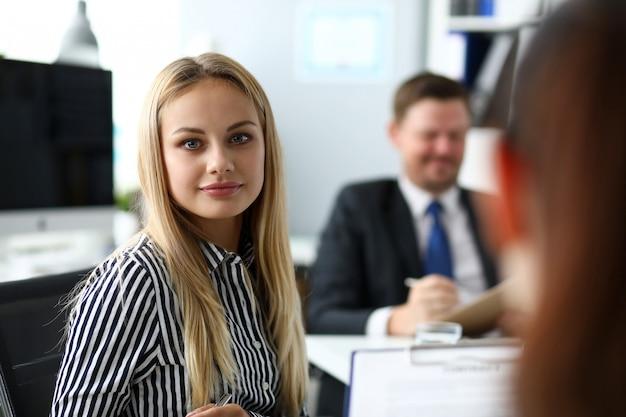 Mooie blonde bediende in office Premium Foto