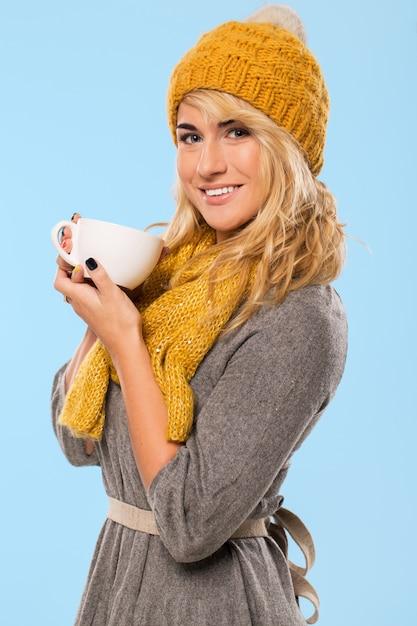 Mooie blonde in muts en sjaal Gratis Foto