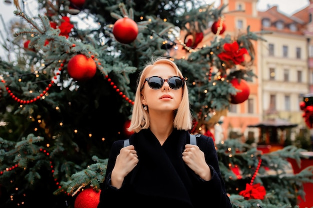 Mooie blonde op de kerstmarkt in wroclaw, polen Premium Foto